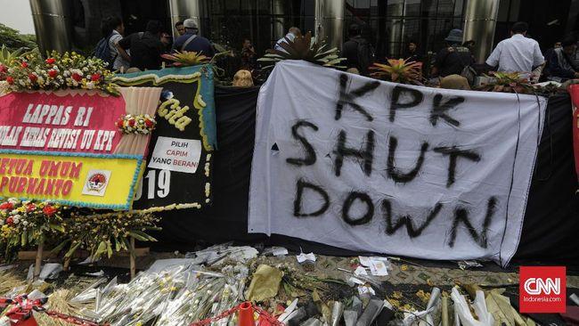Massa: Pimpinan Tak Punya Hak Menutup Logo KPK