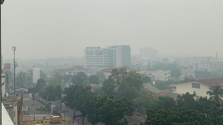 Kebakaran hutan dan asapnya jadi masalah serius penerbangan.