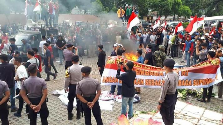 Kericuhan pecah dari aksi demonstrasi di depan gedung KPK, Jumat siang (13/9)