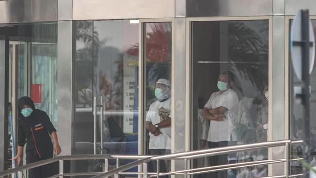 Sejumlah pekerja mengenakan masker pelindung pernapasan saat beraktivitas di tengah kabut asap yang menyelimuti Kota Pekanbaru, Riau, 11 September 2019. Pada 13 September 2019, BMKG menyatakan kualitas udara akibat asap yang tak lepas dari karhutla sudahmasuk level berbahaya. (ANTARA FOTO/Rony Muharrman)