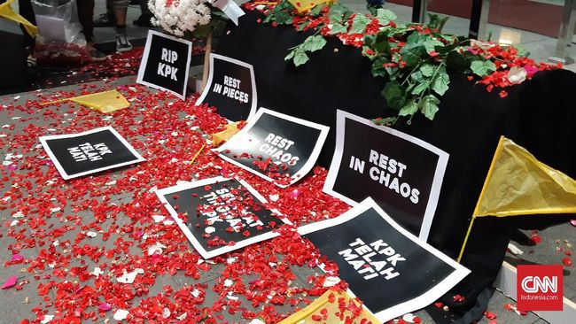 Koalisi Masyarakat Sipil Bawa Keranda dan Tabur Bunga di KPK