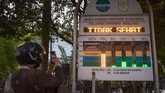 Seorang warga merekampapan Indeks Standar Pencemar Udara (ISPU) di Pekanbaru, 10 September 2019.DLH Kota Pekanbaru menyatakan kualitas udara menurun jadi tidak sehat sehingga semua sekolah diliburkan dan warga diminta mengurangi aktivitas luar ruangan. (ANTARA FOTO/FB Anggoro)