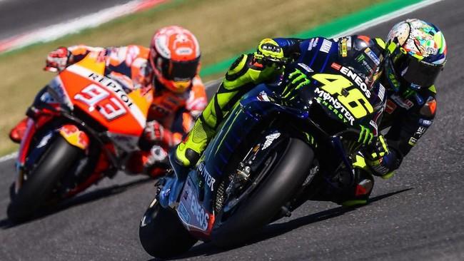Valentino Rossi dan Marc Marquez kemudian nyaris bertabrakan di tikungan 14. Kedua pebalap berhasil terhindar dari hukuman penalti usai insiden di kualifikasi MotoGP San Marino 2019. (Marco Bertorello / AFP)