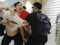FOTO : Adu Jotos Demonstran Hong Kong di Mal