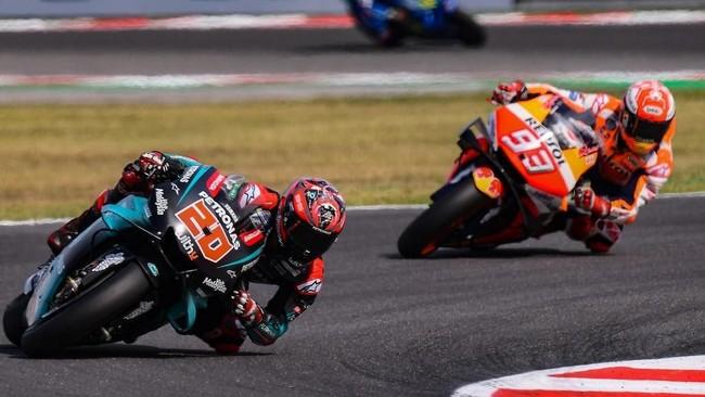 Fabio Quartararo sempat duel sengit dengan Marc Marquez di akhir-akhir lap di Sirkuit Misano. Quartararo finis di posisi kedua di belakang Marquez. (Photo by Marco Bertorello / AFP)