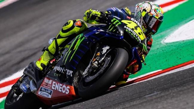 Valentino Rossi sempat start pada posisi ketujuh di MotoGP San Marino. The Doctor sempat bersenggolan dengan Marc Marquez pada kualifikasi sehingga kedua pebalap bersitegang. (Photo by Marco Bertorello / AFP)