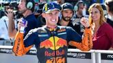 Pebalap KTM Pol Espargaro merayakan start kedua usai babak kualifikasi MotoGP San Marino 2019. Ini kali pertama Pol start di barisan depan pada MotoGP 2019. (Alessio Marini/ANSA via AP)