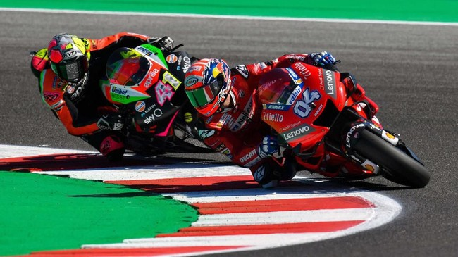 Andrea Dovizioso (kanan) yang menjadi pesaing terdekat Marc Marquez di klasemen MotoGP 2019 akan start dari posisi enam di MotoGP San Marino. (Alessio Marini/ANSA via AP)