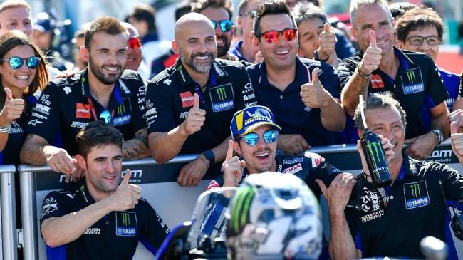 Pebalap Yamaha Maverick Vinales merayakan pole MotoGP San Marino 2019 bersama kru tim. Ini kali kedua Vinales merebut pole musim ini setelah di MotoGP Qatar. (Alessio Marini/ANSA via AP)