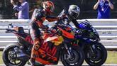 Pol Espargaro (kiri) memberi selamat kepada Maverick Vinales usai merebut pole MotoGP San Marino 2019. (Marco Bertorello / AFP)