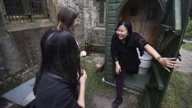 Peserta masing-masing membayar sekitar 50 pound (sekitar Rp872 ribu) per orang untuk bisa bermalam di Gereja St Mary di Edlesborough, yang berada sekitar 64 kilometer di utara London. (AFP/Glyn Kirk)