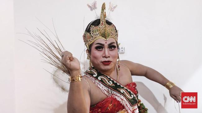 'Mami' Octa menjadi salah satu bintang terbaru Srimulat Surabaya di bawah asuhan Eko 'Kucing'. Octa kerap tampil dengan riasan wanita dan dengan tingkah kocak. (CNN Indonesia/Safir Makki)