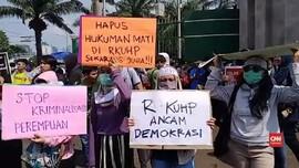 VIDEO: Aksi Tolak Pengesahan RKUHP di DPR