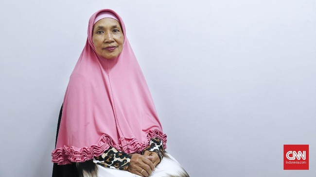 Yayuk juga merupakan salah satu anggota dalam Srimulat Surabaya yang dikelola oleh Eko 'Kucing'. Ia adalah anak angkat Teguh dan Srimulat yang kini lebih banyak mengurusi manajerial grup. (CNN Indonesia/Safir Makki)