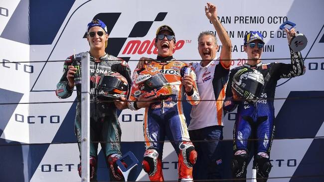Marc Marquez merayakan podium bersama Fabio Quartararo dan Maverick Vinales. Rossi sempat menyindir pernyataan Marquez yang menang karena termotivasi insiden di kualifikasi. (Photo by Marco Bertorello / AFP)