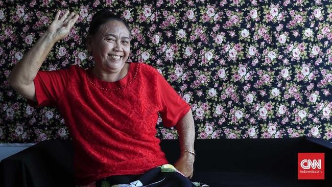 Miarsih adalah pemain Srimulat Surabaya paling senior. Sudah bergabung dengan batalion itu sejak 1972. Ia bahkan adalah batur wanita andalan Teguh Slamet yang masih ada. (CNN Indonesia/Safir Makki)
