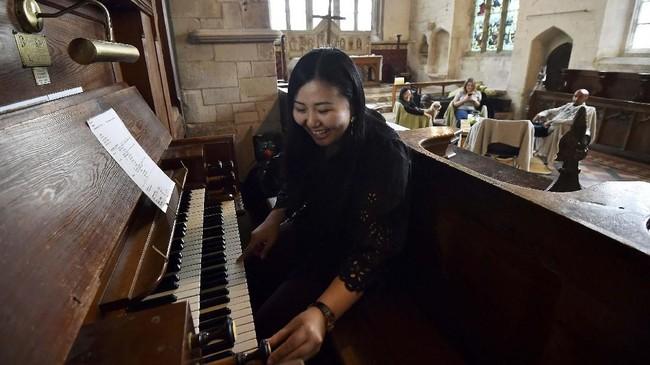 Kemah di gereja merupakan cara yang dilakukan banyak gereja di Inggris dan Skotlandia untuk menambah pemasukan mereka. (AFP/Glyn Kirk)