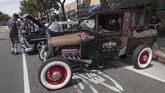 Penggemar Ford pikap buatan 1940 tak ingin ketinggalan acara yang gelar sekali dalam setahun ini. (Photo by Mark RALSTON / AFP)