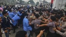 Mahasiswa dan Polisi Saling Pukul di Kantor Gubernur Sumsel