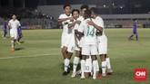 Para pemain merayakan gol kedua Timnas Indonesia U-16 ke gawang Filipina yang dilesakkan Marselino Ferdinan. (CNNIndonesia/Safir Makki)
