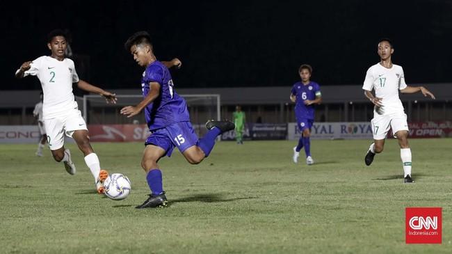 Bek Timnas Indonesia U-16 Alfin Lestaluhu mencoba menutup ruang tembak pemain Filipina. Dia turut menyumbang satu gol pada menit ke-51. (CNNIndonesia/Safir Makki)