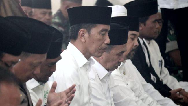 Jokowi Salat Minta Hujan Sebelum Tinjau Karhutla di Riau