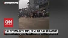 VIDEO: Tak Terima Ditilang, Pemuda Bakar Motor