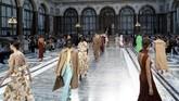 Victoria Beckham merilis koleksi Spring/Summer 2020 teranyarnya pada gelaran London Fashion Week, akhir pekan lalu. Koleksi ini dipamerkan dalam sebuah gedung mewah yang pertama kali digunakan oleh Sultan Turki pada 1867 silam. (Photo by Niklas HALLE'N / AFP)
