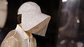 Desainer Kreatif Burberry, Riccardo Tisci tampaknya terus memperluas visi anyar label mode asal Inggris ini. Pada musim ini, Tisci menawarkan perspektif yang lebih global dengan pendekatan masa lalu. (Photo by Tolga AKMEN / AFP)