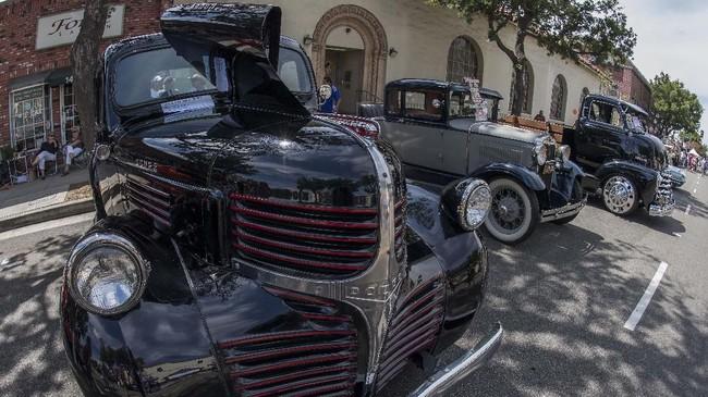 Dodge lansiran 1946 unjuk gigi di 'Cruz'n for Roses' Hot Rod and Classic Car Show berlangsung di Pasadena, California. (Photo by Mark RALSTON / AFP)
