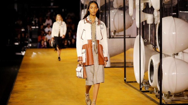 Burberry meluncurkan koleksi Spring/Summer 2020 dalam gelaran London Fashion Week pada Senin (16/9). (Photo by Tolga AKMEN / AFP)