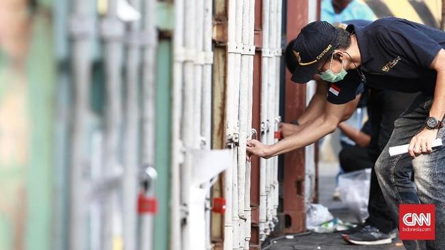 Bea Cukai bersama dengan Kementerian Lingkungan Hidup dan Kehutanan (KLHK) melakukan penindakan dan pemeriksaan di Pelabuhan Tanjung Perak, Batam, Pelabuhan Tanjung Priok, dan Tangerang. (CNN Indonesia/Andry Novelino)