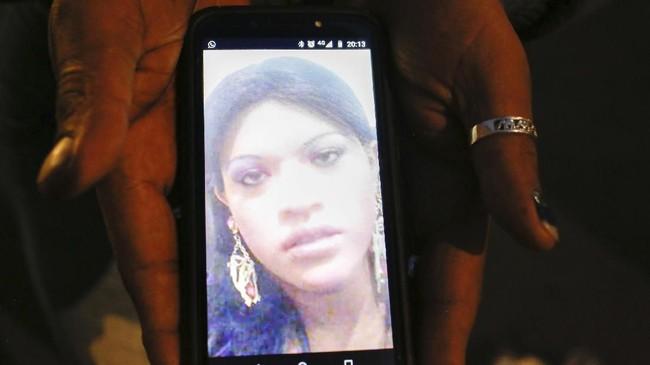 Kenya memperlihatkan foto temannya sesama transgender yang tewas dibunuh, Paola Buenrostro. Dia diberondong tembakan oleh seseorang yang berpura-pura menyewa jasa seks komersial. (AP Photo/Ginnette Riquelme)