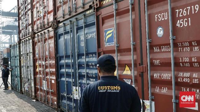 Pemerintah melalui Direktorat Jenderal Bea dan Cukai (DJBC) memulangkan 9 kontainer atau sebesar kurang lebih 135 ton sampah plastik ke Australia di Terminal Peti Kemas Koja, Tanjung Priok, Rabu (18/9/2019). (CNN Indonesia/Andry Novelino)