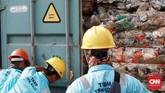 Bea Cukai memastikan bahwa 9 kontainer ini akan dikirim ke Australia dan sampai di negara tujuan. (CNN Indonesia/Andry Novelino)