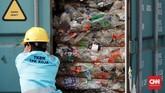 Negara pengimpor sampah yaitu Australia (13 kontainer), Amerika Serikat (7 kontainer), Spanyol (2 kontainer), dan Belgia (1 kontainer). Sementara 79 lainnya dinyatakan bersih dan diberikan izin untuk dipakai sebagai bahan baku. (CNN Indonesia/Andry Novelino)