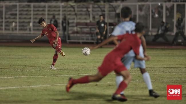 Timnas Indonesia U-16 langsung tampil menggebrak menekan pertahanan Kepulauan Mariana Utara. (CNN Indonesia/Bisma Septalisma)