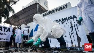 FOTO: Aksi Teatrikal Minyak Tumpah Pertamina di Karawang