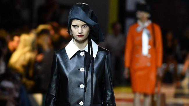 Di shownya kali ini, Prada berusaha untuk menghilangkan stigma bahwa fesyen hanyalah bergantung pada tren dan sekali pakai. (Tiziana FABI / AFP)