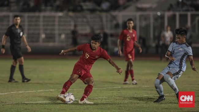 Pemain Timnas Indonesia U-16, Ahmad Athallah Araihan, berusaha melakukan penyelesaian akhir. Araihan mencetak empat gol ke gawang Kepulauan Mariana Utara. (CNN Indonesia/Bisma Septalisma)