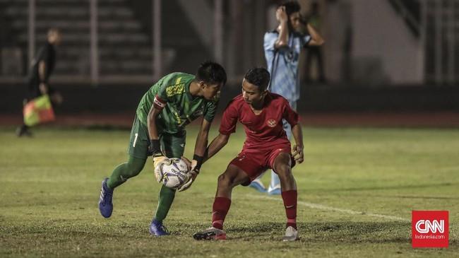 Kiper Kepulauan Mariana Utara Merrick Vicente Toves harus berjibaku menepis serangan-serangan para pemain Timnas Indonesia U-16. (CNN Indonesia/Bisma Septalisma)