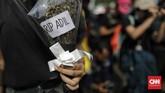 Demonstrasi mahasiswa berlangsung hingga malam hari.Demo ini berimbas pada arus lalu lintas di Jalan Gatot Subroto, depan Gedung DPR. Jalan macet karena tertutup massa aksi.(CNN Indonesia/Adhi Wicaksono)