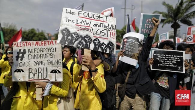Mahasiswa dari berbagai universitas di Indonesia berkumpul di depan Gedung DPR menggelar unjuk rasa menolak Rancangan Kitab Undang-undang Hukum Pidana (RKUHP) dan revisi Undang Undang KPK, Kamis (19/9).(CNN Indonesia/Adhi Wicaksono)