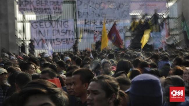 Para mahasiswa menganggap regulasi yang disahkan tidak berpihak kepentinganrakyat dan menyatakan reformasi sedang dikorupsi. Merekamemukul-pukul dan mendorong pagar Gedung DPR agar diizinkan masuk bertemu anggota dewan.(CNN Indonesia/Adhi Wicaksono)