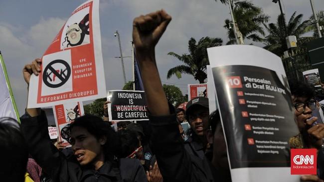 Dalam orasinya ada yang menyatakan Revisi UU KPK yang telah disahkan menjadi UU memiliki cacat formil, karena tidak dimasukkan dalam daftar Prolegnas DPR periode 2014-2019. (CNN Indonesia/Adhi Wicaksono)