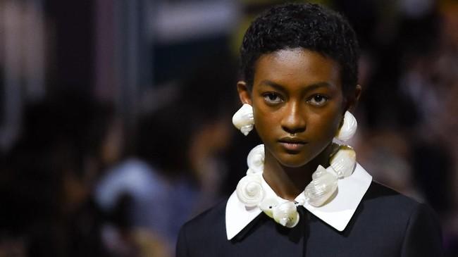 Gaun-gaun dengan siluet romantis terlihat segar, rok payet yang dipadukan dengan kalung kerang terlihat effortles. (Tiziana FABI / AFP)