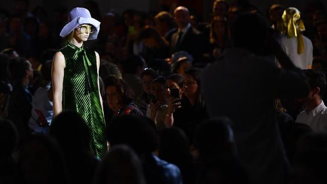 Jaket kulit berkerah lebar dan setelah bergaya retro print ala 1970-an juga mewarnai panggung Prada. (Tiziana FABI / AFP)