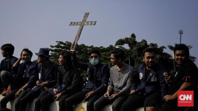 Aksi demo ini menghasilkan sejumlah kesepakatan. Salah satunya adalah kesediaan DPR menerima elemen sipil seperti dosen dan mahasiswa untukmembahas lebih lanjut soal RUU KPK dan RKUHP. (CNN Indonesia/Adhi Wicaksono)