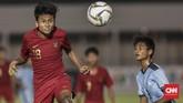 Pemain Timnas Indonesia U-16, Aditiya Daffa Al Haqi, berusaha mengontrol bola. Timnas Indonesia U-16 asuhan Bima Sakti menambah sembilan gol di babak kedua. (CNN Indonesia/Bisma Septalisma)