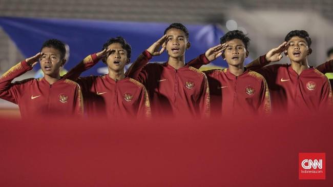Para pemain bersiap melakoni kualifikasi Piala Asia U-16 antara timnas Indonesia U-16 melawan timnas Kepulauan Mariana Utara di Stadion Madya. (CNN Indonesia/Bisma Septalisma)